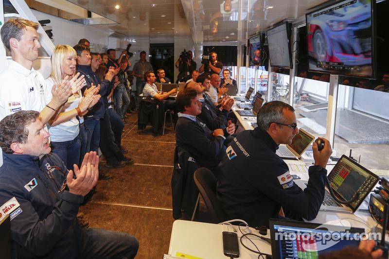 I membri del team Hyundai Motosport festeggiano