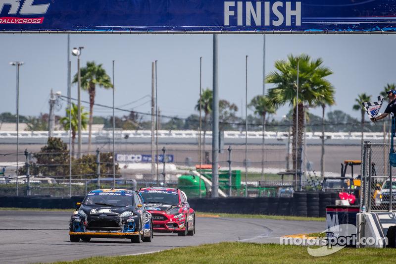 #14 Barracuda Racing 福特嘉年华 ST: 奥斯丁·达因 迎接格子旗挥动