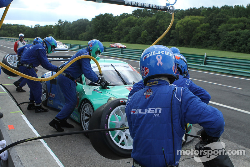 #17 Team Falken Tire, Porsche 911 GT3 RSR: Wolf Henzler, Bryan Sellers pit stop