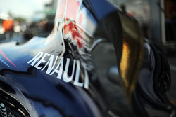 Il logo della Renault sul cofano motore della Red Bull Racing RB10