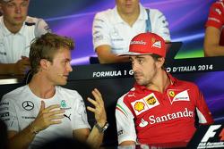 (从左至右): 尼克·罗斯伯格, 梅赛德斯 AMG F1车队 和 费尔南多·阿隆索, 法拉利 出席FIA新闻发布会