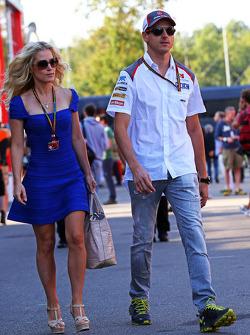 索伯车队的安德里安·苏蒂尔和他的女友詹妮弗·贝克斯