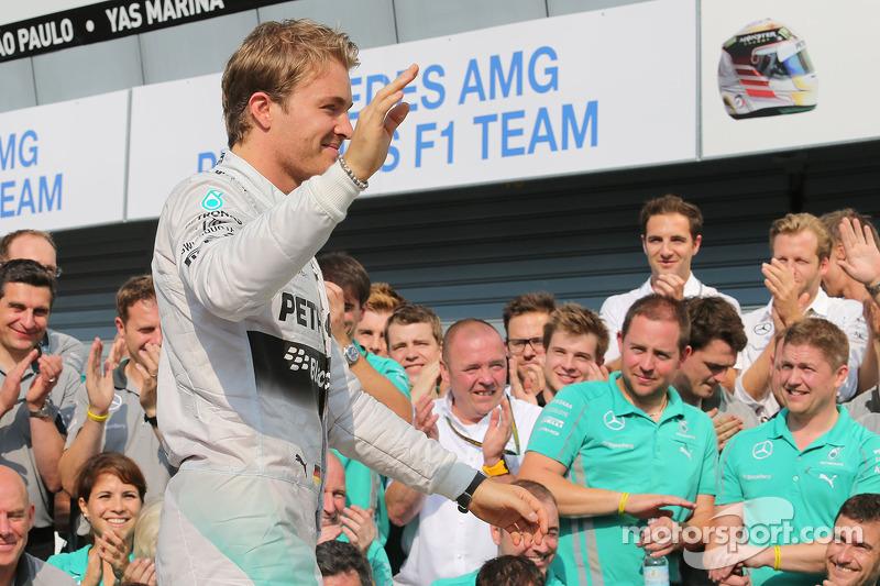 Nico Rosberg, de Mercedes AMG F1 celebra un final 1-2 con el equipo