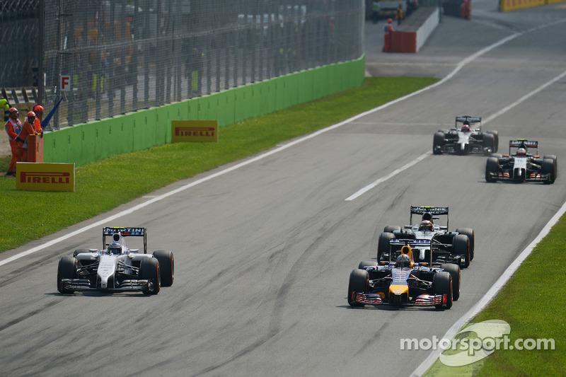 Valtteri Bottas, Williams FW36 e Daniel Ricciardo, Red Bull Racing RB10 lottano per la posizione
