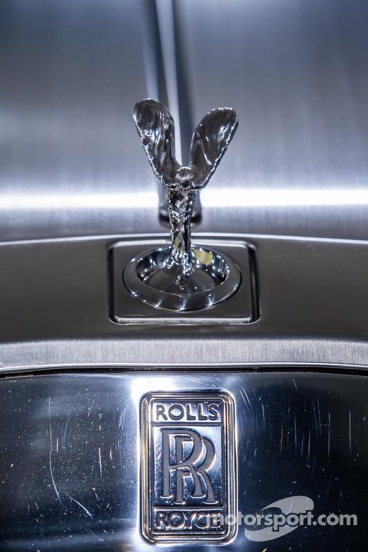 Rolls-Royce Phantom Drophead Coupé üstünde Uçan Bayan