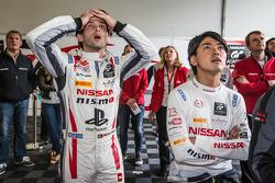 Wolfgang Reip pist dışına çıktığında Miguel Faisca ve Katsumasa Chiyo'nun yüz ifadeleri