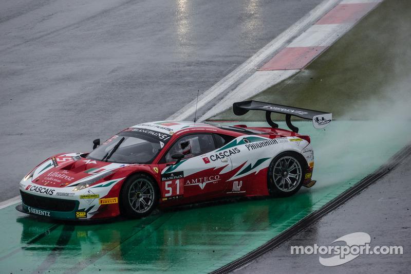 #51 AF Corse 法拉利 458 Italia: 菲利普·巴雷罗斯, 彼得·曼恩, 弗朗西斯科·格德斯 打滑失控