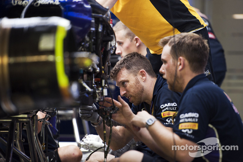 Mechaniker am Auto von Sebastian Vettel, Red Bull Racing RB10