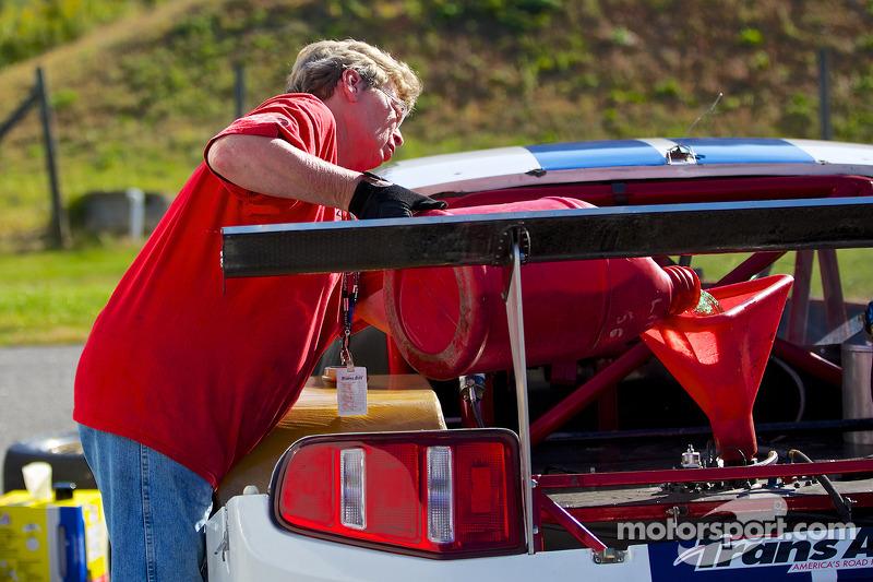 Un componente del team fa rifornimento all'auto