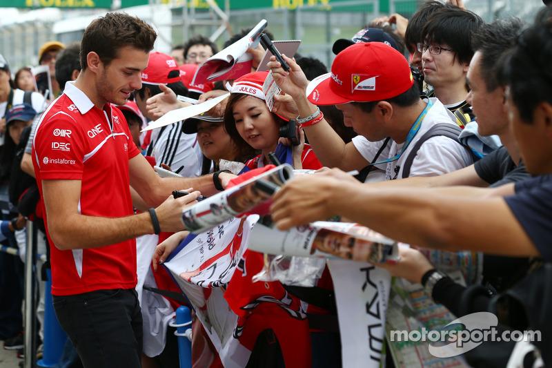 Жюль Б'янкі, Marussia F1 Team підписує автографи для шанувальників