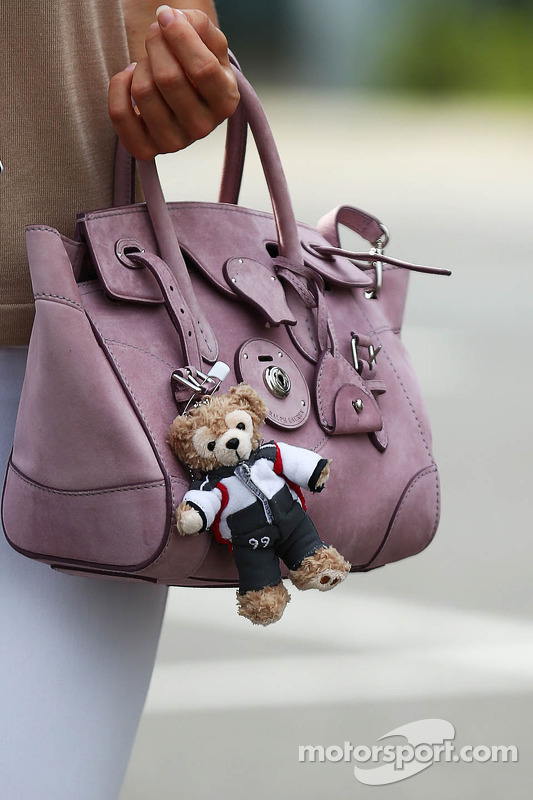 La borsa di Jennifer Becks, fidanzata di Adrian Sutil, Sauber