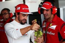 (从左至右): 费尔南多·阿隆索, 法拉利 和 马克·赫内, 法拉利 测试车手