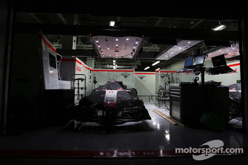 Samstagabend: Der Marussia von Bianchi unter Parc-Fermé-Regeln in der Box