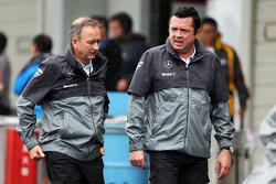 (Esquerda para direita): Jonathan Neale, chefe de operações da McLaren, e Eric Boullier, diretor de corridas da McLaren, debaixo de chuva no paddock