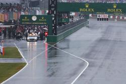 比赛中止,国际汽联安全车和赛车停在维修区里