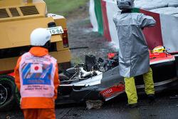 在玛鲁西亚F1车队朱尔斯·比安奇的撞车事故后,安全团队在工作
