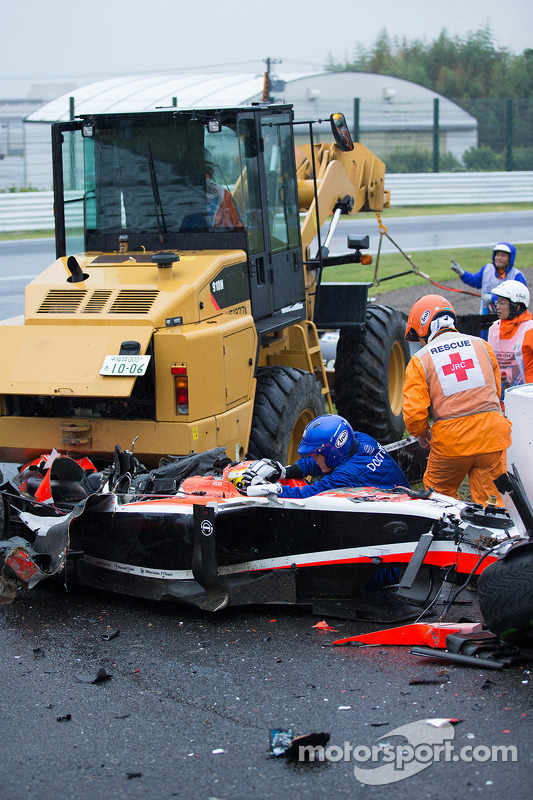 Equipe de segurança trabalha após o acidente de Jules Bianchi, Marussia F1 Team