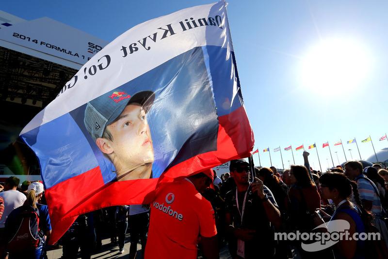 Atmosfera, sessão de autógrafos. Fã de Daniil Kvyat, Scuderia Toro Rosso