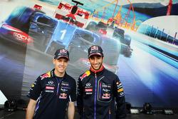 (Da sinistra a destra): Sebastian Vettel, Red Bull Racing e il compagno di squadra Daniel Ricciardo, Red Bull Racing firmano autografi nella Fanzone
