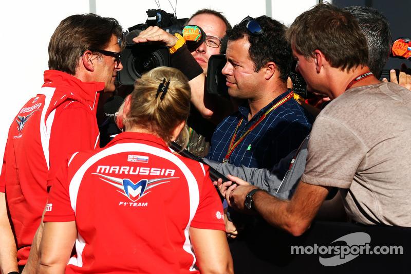 Graeme Lowdon, Marussia F1 Takımı Baş Yöneticisi ve Ted Kravitz, Sky Sports Pit Alanı Muhabiri ve medya
