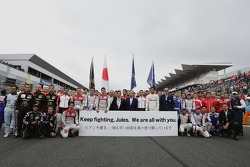 The drivers show their support for Jules Bianchi
