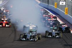 Nico Rosberg, Mercedes AMG F1 blocca le ruote in frenata di fianco il compagno di squadra Lewis Hamilton, Mercedes AMG F1 W05 alla partenza della gara
