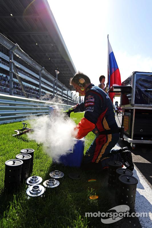 Scuderia Toro Rosso mecânicos no grid
