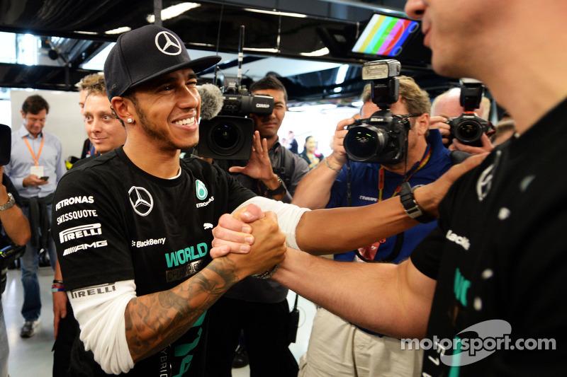 Lewis Hamilton, de Mercedes AMG F1 celebra el Campeonato de constructores de 2014 con el equipo
