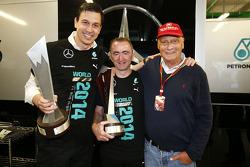 (从左至右): 托托·沃尔夫, 梅赛德斯 AMG F1车队 车队股东兼执行官; 帕蒂·洛维, 梅赛德斯 AMG F1车队车队执行董事 和 尼基·劳达, 梅赛德斯非执行主席与车队成员一同庆祝2014年车队世界冠军