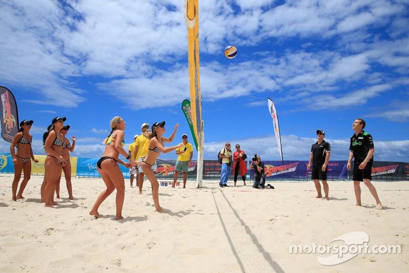 Beach-Volleyball gegen die Piloten