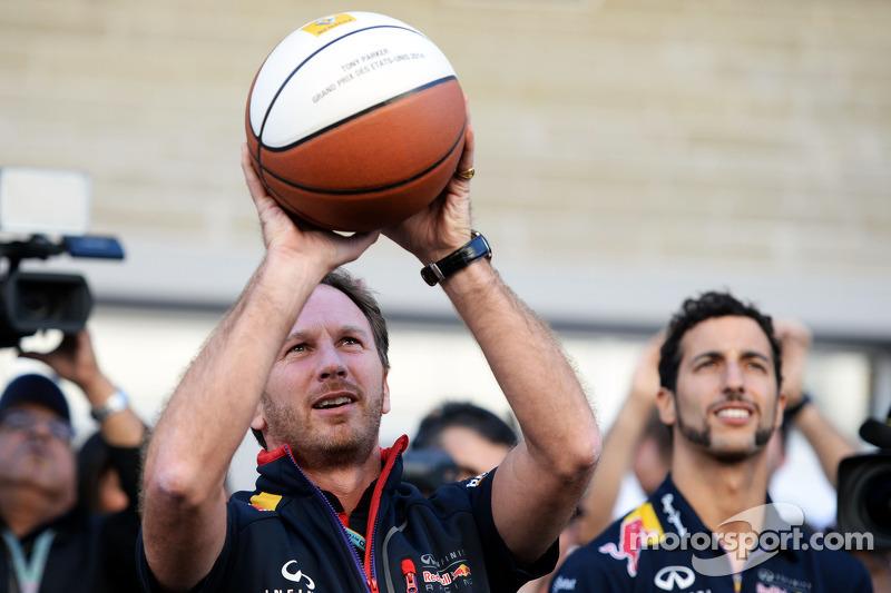Christian Horner, Red Bull Racing Takım Patronu ve Daniel Ricciardo, Red Bull Racing basketbol yeteneklerini konuşturuyor