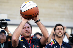 Christian Horner, chefe de equipe da Red Bull mostra suas habilidades no basquete, com Daniel Ricciardo, Red Bull Racing