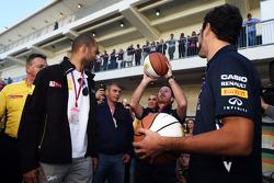 Christian Horner, chefe de equipe da Red Bull, mostra suas habilidades no basquete, com Tony Parker, jogador da NBA e Daniel Ricciardo, Red Bull Racing