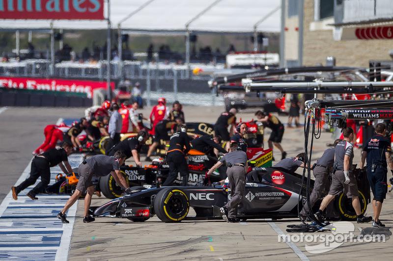 Esteban Gutierrez, Sauber C33; Sergio Perez, Sahara Force India F1 VJM07 ve Pastor Maldonado, Lotus F1 E21 pitte