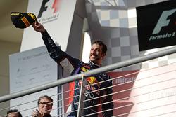 红牛车队的丹尼尔·里卡多在领奖台庆祝他的第三名