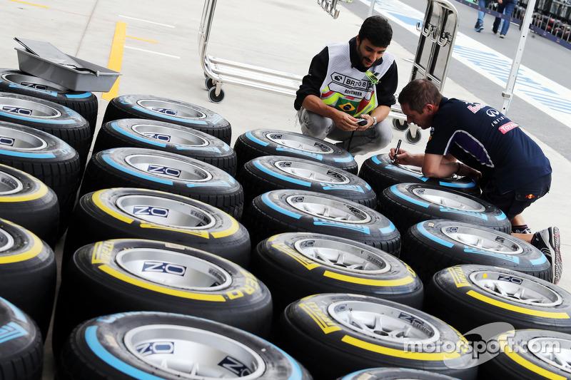 Pirelli, llantas marcadas por un mécanico de Red Bull Racing