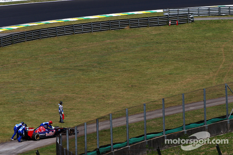 Jean-Eric Vergne, Scuderia Toro Rosso STR9 fermo nella seconda sessione di prove libere