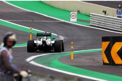 Lewis Hamilton, Mercedes AMG F1 W05 entra al nuevo autoril de los pits