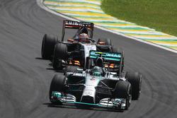 Nico Rosberg, Mercedes AMG F1 W05 davanti a Nico Hulkenberg, Sahara Force India F1 VJM07