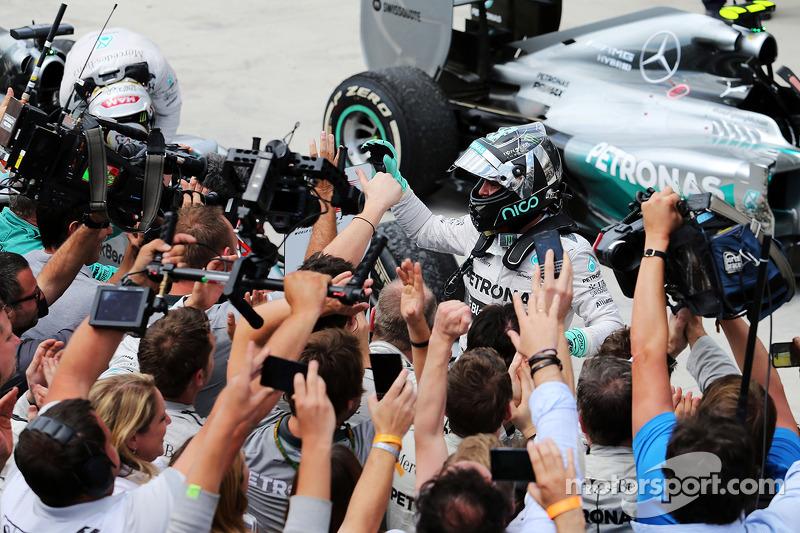 El ganador Nico Rosberg, Mercedes AMG F1 celebra en parc ferme