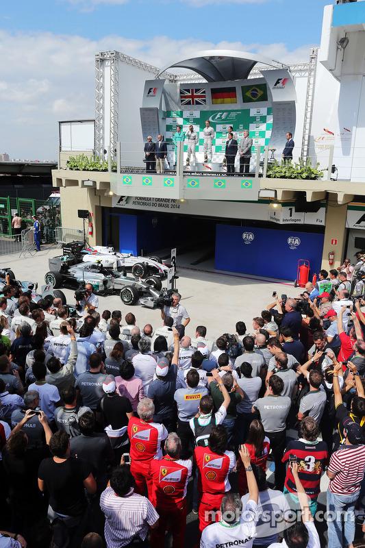 O pódio, Mercedes AMG F1, segundo; Nico Rosberg, Mercedes AMG F1, vencedor da corrida; Felipe Massa, Williams, terceiro