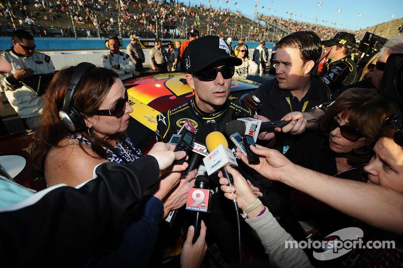 Jeff Gordon, Hendrick Motorsports, Chevrolet, wird in der Boxengasse von Motorsport.com Redakteurin Lee Spencer interviewt