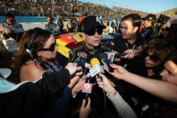 Jeff Gordon, Hendrick Motorsports, Chevrolet, wird in der Boxengasse von Motorsport.com Redakteurin Lee Spencer interviewt