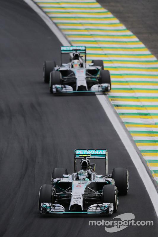 Nico Rosberg, da Mercedes AMG F1 W05, lidera seu companheiro de equipe Lewis Hamilton, Mercedes AMG