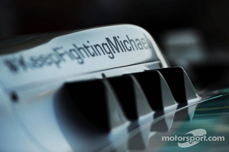 Mercedes AMG F1 W05 con un messaggio di supporto per Michael Schumacher (GER)