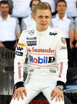 Kevin Magnussen, McLaren, tijdens een teamfoto