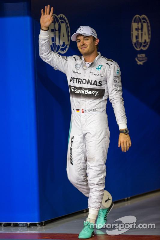 Nico Rosberg, da Mercedes AMG F1, comemora sua pole position em parque fechado
