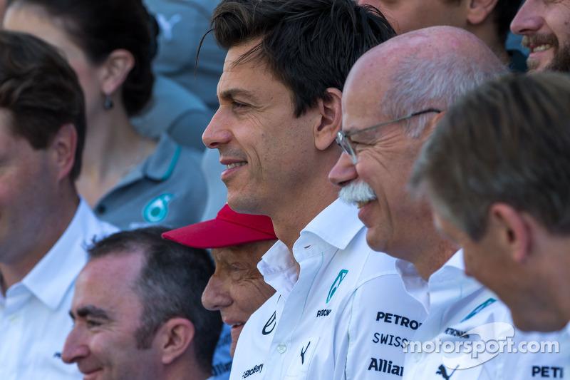 Toto Wolff, Mercedes AMG F1 Socio e direttore esecutivo e il Dr. Dieter Zetsche, Daimler AG CEO in una fotografia di squadra