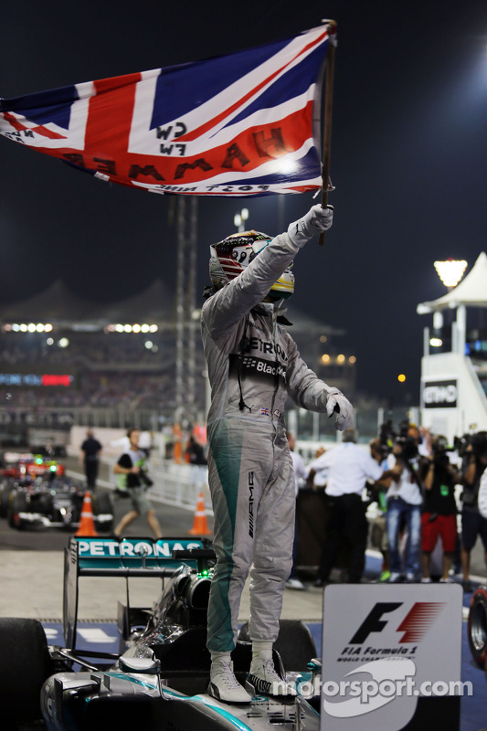 Vencedor da corrida e campeão do mundo Lewis Hamilton, Mercedes AMG F1 W05 celebra no parc ferme