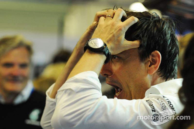 Toto Wolff, Mercedes AMG F1 accionista y director ejecutivo celebra el Campeonato del Mundo con  el equipo